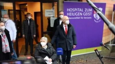 - Hamburg'da ilk Covid-19 aşısı 84 yaşındaki kadına yapıldı