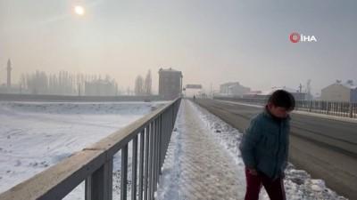 Ağrı'yı etkisi alan Sibirya soğukları nedeniyle Murat Nehri Buz tuttu