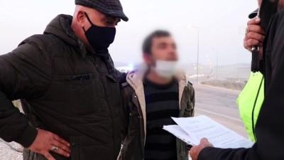 DENİZLİ - Ehliyetine el konulan sürücü minibüsüyle polis aracına çarpınca yakalandı