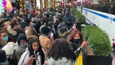 NEW YORK - Noel ağacını görüntülemek için sosyal mesafeyi hiçe saydılar