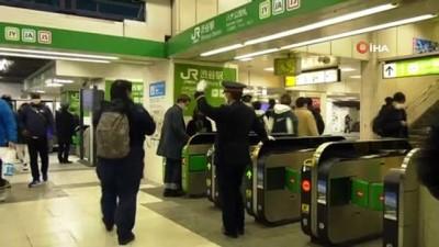 tren seferleri -  - Japonya yeni yıla 'merhaba' dedi - Her yıl dolup taşan simgesel meydanda sakin yılbaşı