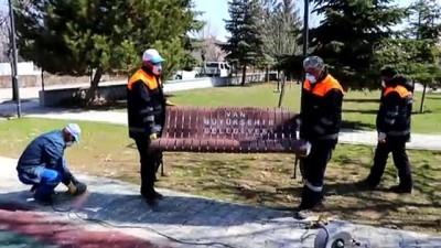 abba - Koronavirüs tedbirleri kapsamında parklardaki oturma bankları kaldırıldı - VAN