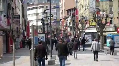 Polisler, risk grubundaki yaşlıları uyarırken eve gitmeleri için söz istedi