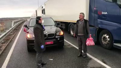 inisiyatif -  - Türkiye'nin Sofya Büyükelçiliğinden tır şoförlerine yardım - Sınırda 50 kilometrelik kuyruk oluştu