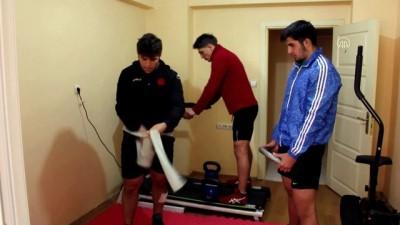 Milli güreşçiler kapıcı dairesinde form tutuyor - SİVAS