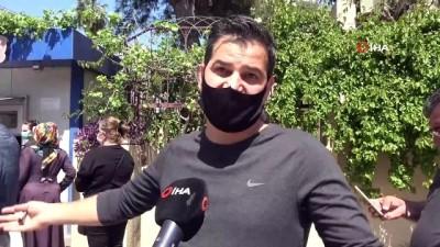 Adanalılar yasak öncesi market ve ekmek kulübelerine akın etti