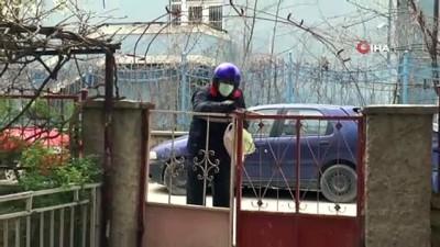 Emektar gazete dağıtıcısı 65 yaş ve üzeri abonelerinin eli kulağı oldu