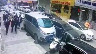 Fatih'te Kırgızistanlı kadına kapkaç yapan şüpheliler yakalandı...Kaçış anı kamerada