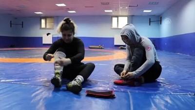 Olimpiyata hazırlanan kadın güreşçiler özel izinle mindere döndü - EDİRNE
