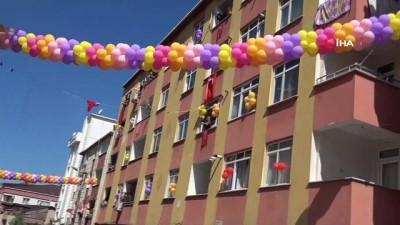 Evlerinin camlarını ve sokağı süsleyip ilahiler çalarak bayramı sokağa taşıdılar