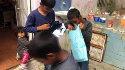 Kapı kapı dolaşıp yüzlerce çocuğu mutlu ettiler