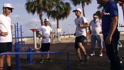 voleybol takimi - Mersin'de sokağa çıkmaya başlayan gençler sahilde spor yapıyor