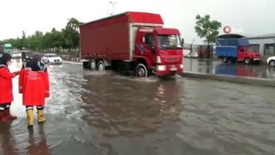 İstanbul'da sağnak yağmur etkili oldu; Harem Sahil yolunu su bastı