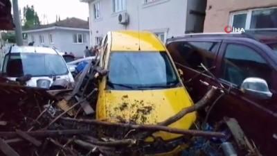 bolat -  Bursa'da sel onlarca aracı, traktörü sürükledi,çok sayıda ev ile binlerce döküm ekili alan da sular altında kaldı...Sel sularından kaçamayan engelli kız hayatını kaybetti