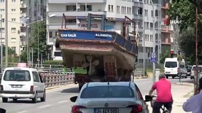 trafik cezasi -  Tırda taşınan balıkçı teknesi alt geçide takıldı