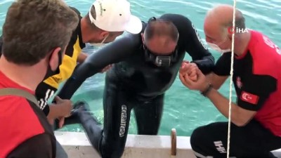 Belediye başkanı denize dalıp çöp topladı