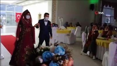 Davetliler düğün salonuna Bakan Koca'nın açıklaması ile alınıyor