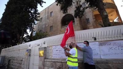inisiyatif - İsrail ordusundan silahlı bir kişinin de aralarında bulunduğu grup Türk bayrağı yaktı - KUDÜS