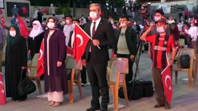 cumhuriyet meydani -  Yozgat'ta vatandaşlar koronavirüs tedbirleri altında meydanda buluştu