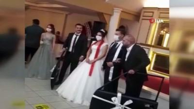 dugun toreni -  Böyle düğün hediyesi görülmedi...Damada düğünde araba kapısı taktılar