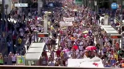 Almanya'da Hükümetin Salgın Önlemleri Protesto Edildi