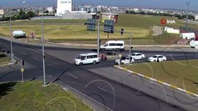 dikkatsiz surucu -  Kırmızı ışıkta geçince karşıdan gelen otomobille çarpıştı...Kaza anı kamerada