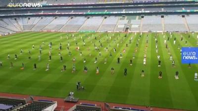 İrlandalı Müslümanlar bayram namazını 82 bin kişilik futbol stadında kıldı