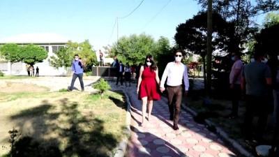 dis hekimi - Kovid-19'u yenen doktor çiftin ilk işi ertelenen nikahlarını kıymak oldu - VAN Videosu