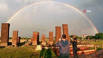 yagmurdan sonra -  Gökkuşağı'nın tarihi eserlerle hayranlık uyandıran görüntüsü