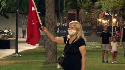 milli bayramlar -  İzmirliler balkonlarından İstiklal Marşı okudu, Vali Köşger'de eşlik etti