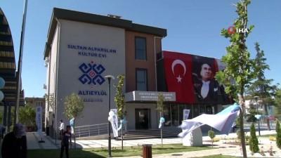 Bakan Kasapoğlu, kültür evinin açılış kurdelesini kesti