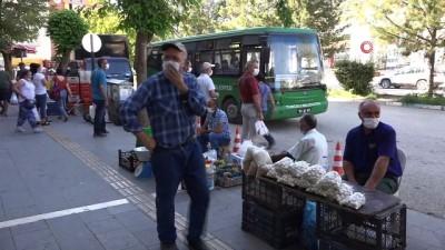 maske dagitimi -  Tunceli'de izolasyon kararını delen 12 kişi yurtlarda gözetim altına alındı
