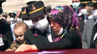Küçük yarbay Sabri Mete, şehit babasını asker amcalarıyla böyle uğurladı
