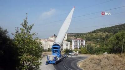 Rüzgar türbinlerinin 65 metre uzunluğunda 18 ton ağırlığındaki kanatları böyle taşındı