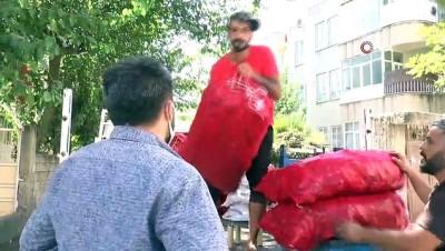 Şarkı söyleyerek sokak sokak salçalık biber satıyor