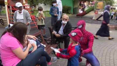 maske dagitimi -  'Örümcek Adam' sokak sokak gezerek maske dağıttı