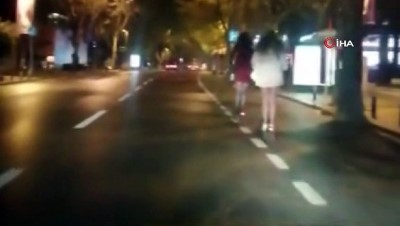 Bağdat Caddesinde genç kızların scooter ile tehlikeli yolculuğu kamerada