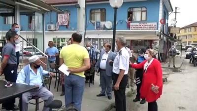 maske dagitimi -  Jandarma komutanı ve emniyet müdürü maske dağıttı, çocuklar maske kapmak için yarıştı