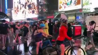 - New York'ta bir kişi aracını protestocuların üzerine sürdü