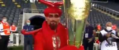 Fenerbahçe'ye kupayı getiren şeytan kostümlü adam gündemde