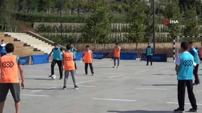 futbol maci -  Sosyal mesafeli futbol