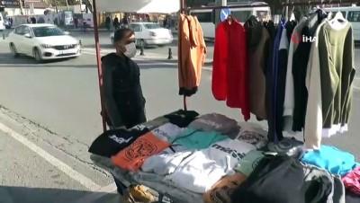 İstiklal Marşı belediye hoparlöründen okundu, sokaktaki vatandaşlar saygı duruşuna geçti