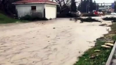 İpsala ve Enez'de biriken sular sele neden oldu, araçlar şehre giremedi