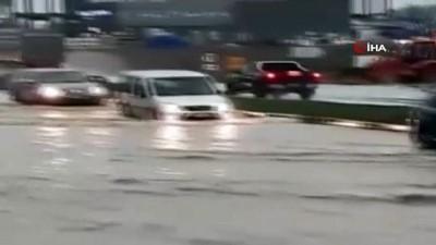 Şiddetli yağış sonrası araçlar mahsur kaldı
