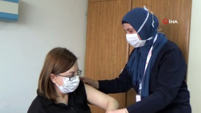 CoronaVac aşılama süreci sağlık çalışanlarıyla başladı
