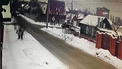 gesi -  - Rusya'da çarpışan araçlar yol kenarındaki evin bahçesine uçtu: 1 ölü