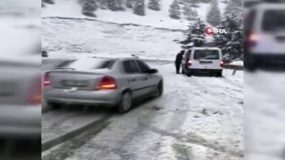 Yoğun kar yağışıyla kayganlaşan yolda feci kaza kamerada