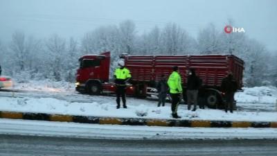 Zonguldak'ta kar nedeniyle karayolu kapandı