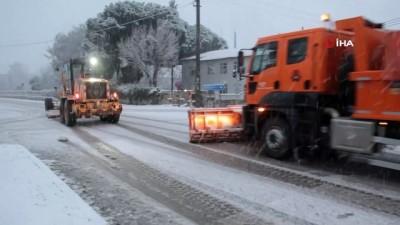 - İzmir-Ankara D300 karayolunda trafiğe kar engeli - İzmir-Ankara D300 karayolu 1 saat trafiğe kapalı kaldı, küreme çalışmalarının ardından kontrollü bir şekilde trafik yeniden açıldı