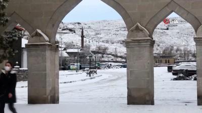 tarihi bina -  Kars'a beklenen kar yağdı, kent merkezi beyaza büründü